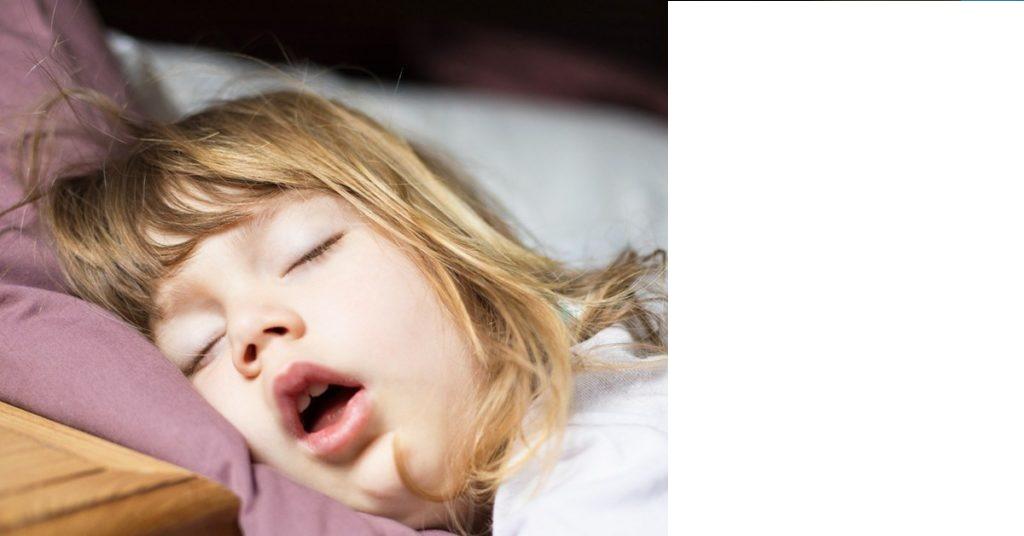 Bambina che dorme a bocca aperta